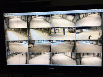 [写真]コースに設置された複数のカメラからの映像が並んだ画面