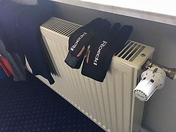 [写真]部屋の暖房と手袋