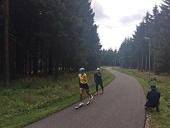 [写真]ローラースキーコースで阿部選手、後ろが大和田コーチ、コース脇に長濱コーチ