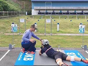 [写真]射撃の出来島選手、佐藤勇治コーチがサポート