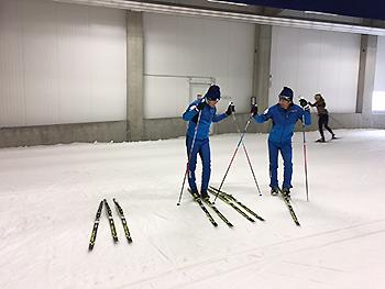 [写真]スキー板をテストしていきます