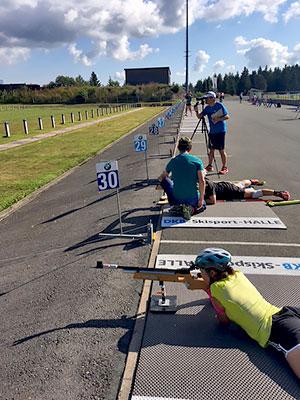 [写真]ローラースキーと射撃トレーニング