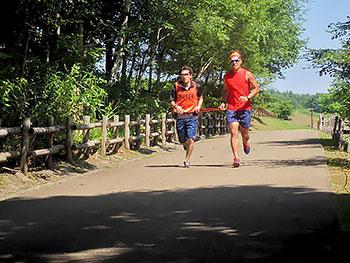 [写真]トレーニングする高村選手とガイドの藤田コーチ