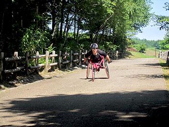 [写真]新田のんの選手 レーサーでトレーニング
