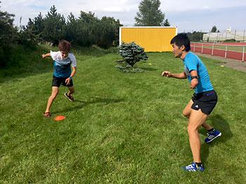[写真]スケートジャンプする新田選手と川除選手