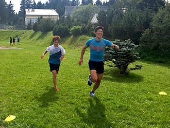 [写真]ゴールまでダッシュする新田選手と川除選手