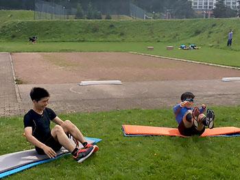 [写真]腹筋する佐藤選手と岩本選手