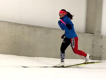[写真]スキートレーニングする阿部選手