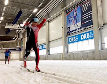 [写真]スキートレーニングする新田選手