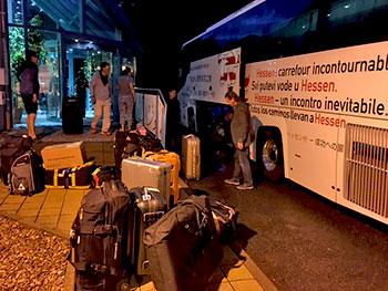 [写真]フランクフルト空港へ向かうバスへ乗車。まだ空が暗い。