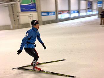 [写真]スキーホールで滑る川除選手