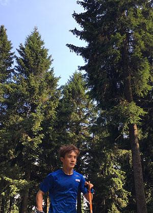 [写真]森林をポールランニングする川除選手