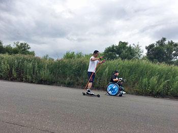 [写真]ピッケ(車いすポールウォーキング)でトレーニングする新田のんの選手