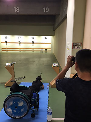 [写真]軽負荷での射撃トレーニングする新田のんの選手
