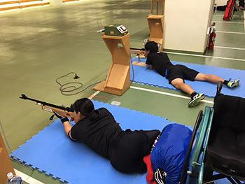 [写真]軽負荷射撃トレーニングする新田のんの選手、星澤克選手
