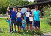 [写真]賞状を持った新田、阿部、川除選手と長濱コーチ、新田選手の子供たち