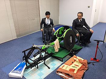 [写真]馬場選手のトレーニング室、長田選手、馬場選手と室内用ローラー