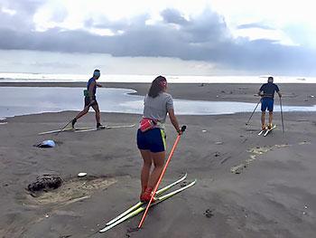 [写真]サンドクロスカントリースキートレーニング
