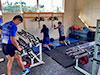 [写真]トレーニングルームでトレーニングする選手たち
