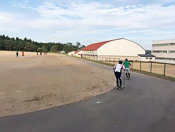 [写真]グラウンドでローラースキートレーニング