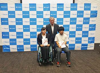 [写真]北洋銀行会長の横内龍三様と新田のんの選手、星澤克選手