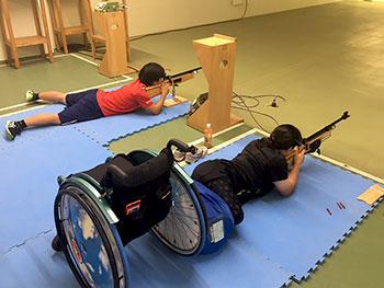 [写真]新田のんの選手、星澤克選手の射撃練習