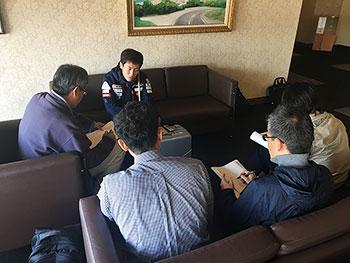 [写真]取材を受ける高村和人選手