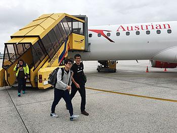 [写真]ザルツブルグ空港に到着した新田佳浩選手と向宏大トレーニングパートナー