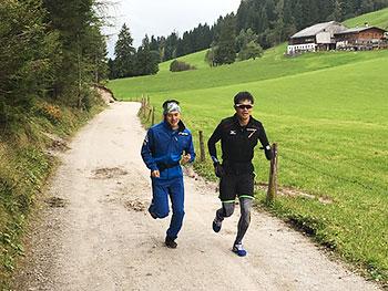 [写真]午後のランニングをする新田佳浩選手と向宏大トレーニングパートナー