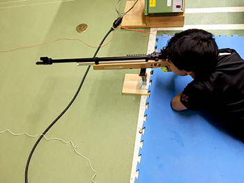 [写真]バイアスロン射撃トレーニング、星澤まさる選手の射撃の構え