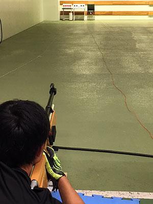 [写真]バイアスロン射撃トレーニングで的を狙う星澤まさる選手