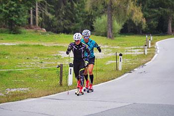 [写真]ローラースキートレーニングする新田佳浩選手とトレーニングパートナーの向宏大コーチ