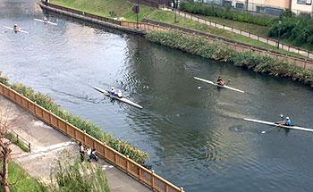 [写真]練習するボートが浮かぶ小名木川