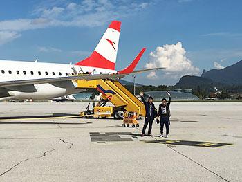 [写真]ザルツブルグ・フライト前、飛行機の前の新田選手と向トレーニングパートナー