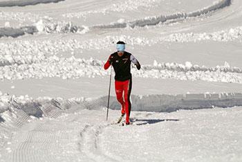 [写真]雪上トレーニングする新田選手