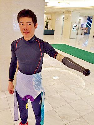 [写真]義手をつけた新田選手