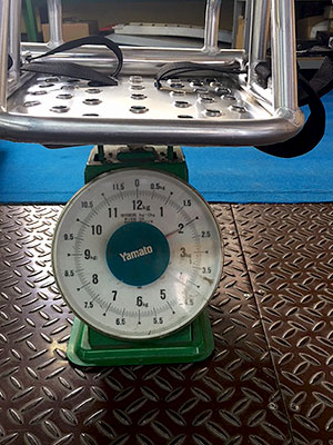 [写真]新シットスキーを乗せた2kgを指す秤