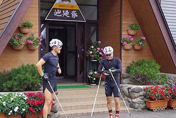[写真]ローラスキートレーニング開始前、池廼家の前の新田佳浩選手と向宏大コーチ・トレーニングパートナー