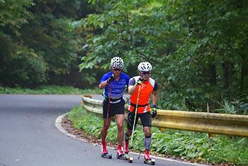 [写真]ローラスキートレーニング中の新田佳浩選手と向宏大コーチ・トレーニングパートナー