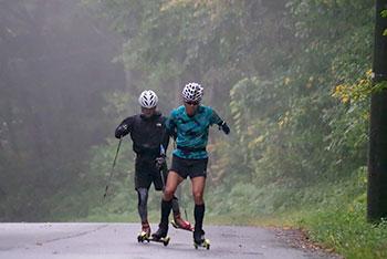 [写真]雨の中ローラスキートレーニングする新田佳浩選手と向宏大コーチ・トレーニングパートナー