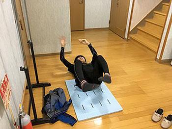 [写真]体幹トレーニングする岩本啓吾選手