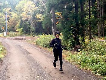 [写真]山間走する岩本啓吾選手