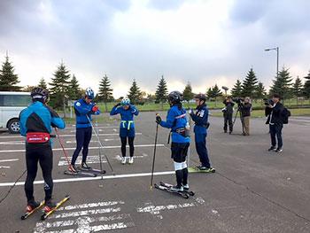 [写真]ローラースキートレーニング前の選手たちと取材の様子