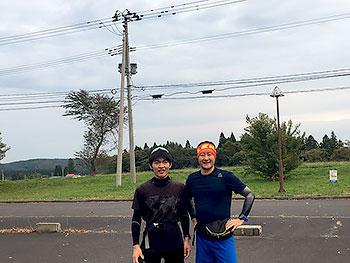 [写真]山を走って岩本選手(左)と長濱コーチ