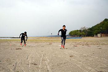 [写真]サンドスキートレーニングする新田選手