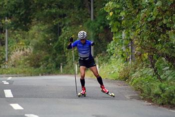 [写真]ローラースキートレーニングする新田選手