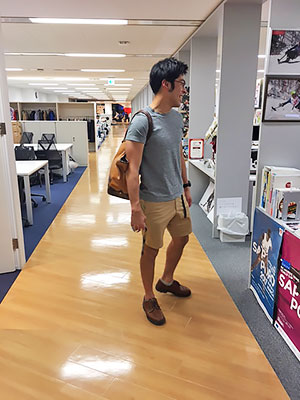 [写真]半ズボンとTシャツ姿の藤田ガイド