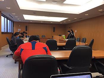 [写真]会議室でJISSでの体力測定の説明