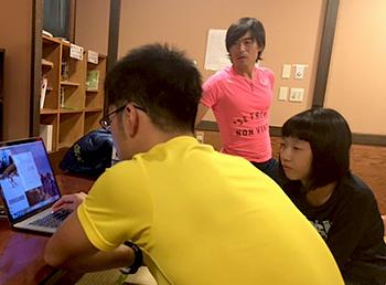 [写真]昼間の動画を見ながら佑平コーチがアドバイス