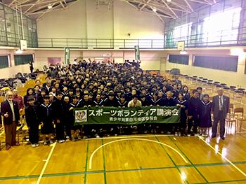 [写真]芦田選手と深川第二中学校の皆さん